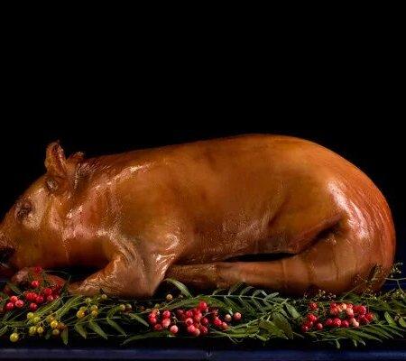 Молочный поросенок фаршированный куриным и свиным фаршем и фисташками (полуфабрикат)