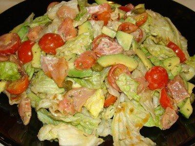 Овощной салат с семгой и сливочным сыром
